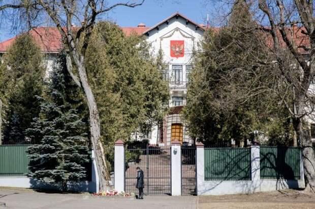 Литва высылает двух российских дипломатов инаотрез отказывается от«Спутника»