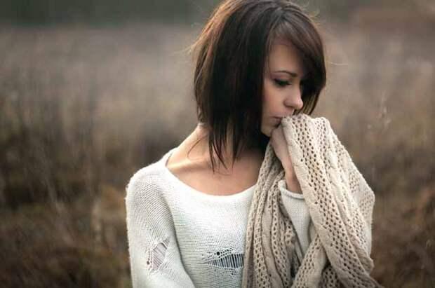 Девушка с шарфом грустит