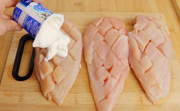 Делаем куриную грудку сочнее в два раза: покрыли йогуртом и ставим под сыром в духовку
