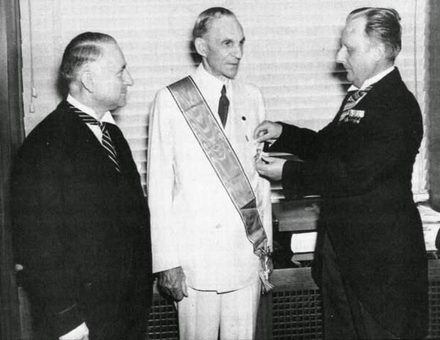 Известный американский промышленник и фашист Генри Форд на вручении большого креста германского орла, 1938 год. Большой крест германского орла, был самой высокой медалью, которую Национал-социалистическая Германия могла даровать иностранцу.