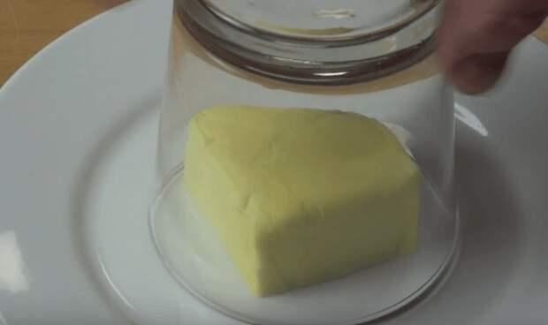 Он просто накрыл кусок масла стаканом. Смотрите, что произошло через минуту