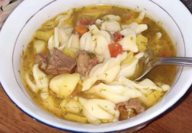 Варим ленивые пельмени как суп: добавляем в бульон зажарку