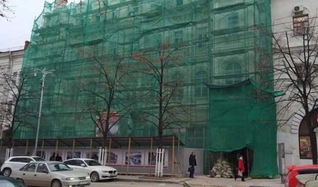 Маски на музее Крошицкого в Севастополе раздуло от архиботокса и смет