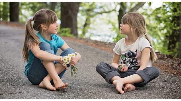 Как воспитать детей общительными и уверенными в себе: 11 советов для родителей