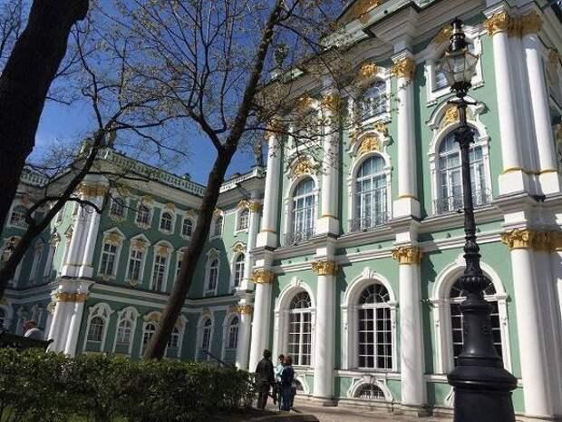 Владимир Путин передал церковную утварь Эрмитажу