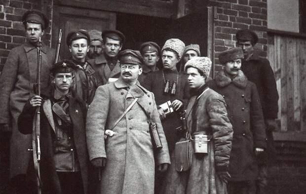 Лев Троцкий со своей охраной, 1919 г.