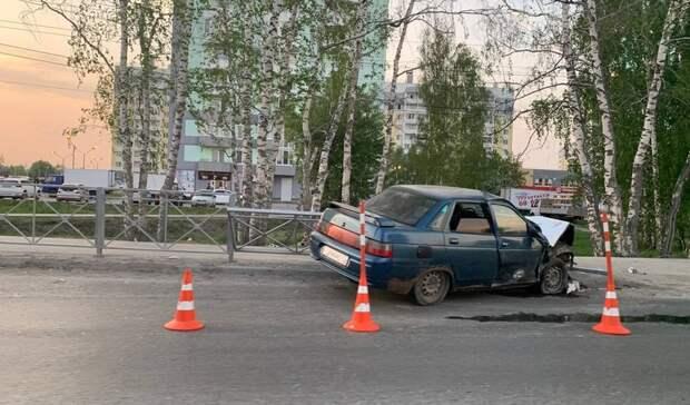 ВАнтипино водитель ВАЗа снес ограждение около светофора