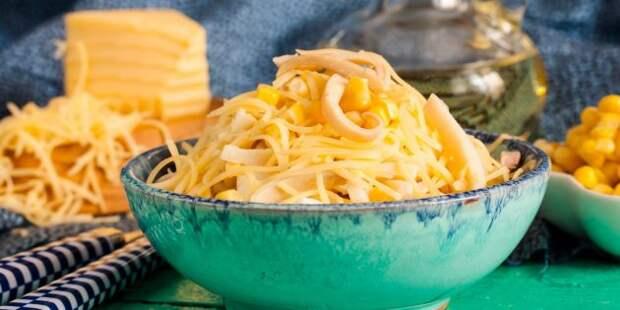 Салат с кальмарами, кукурузой и сыром