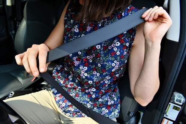 Пассажир на заднем сидении не пристегнут. Кто платит штраф и что ответить инспектору ГИБДД