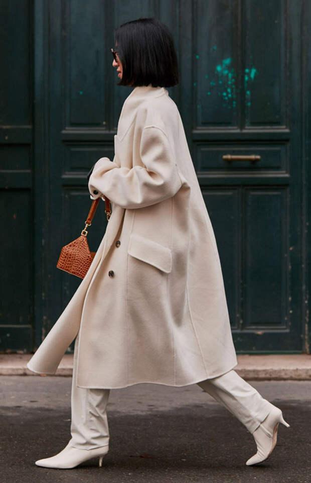 Девушка в бежевом пальто, прямые брюки и белые ботильоны