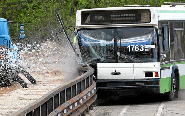 Краш-тест дорожных ограждений - 20 тонн в отбойник!