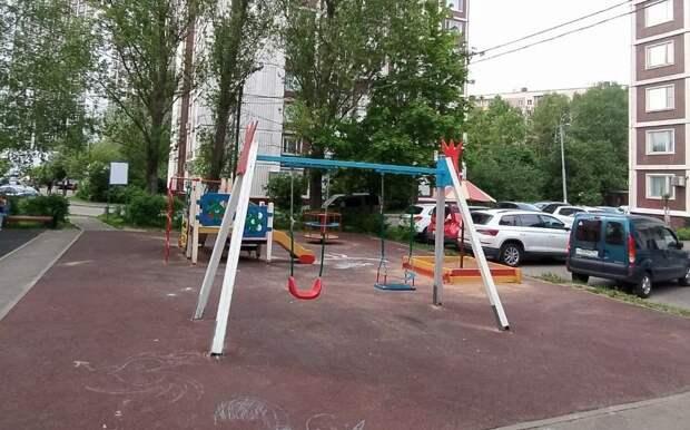Детские качели на Туристской отремонтировали