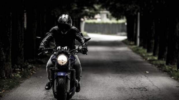 Мотоциклист попал под колеса легковушки в Волгограде