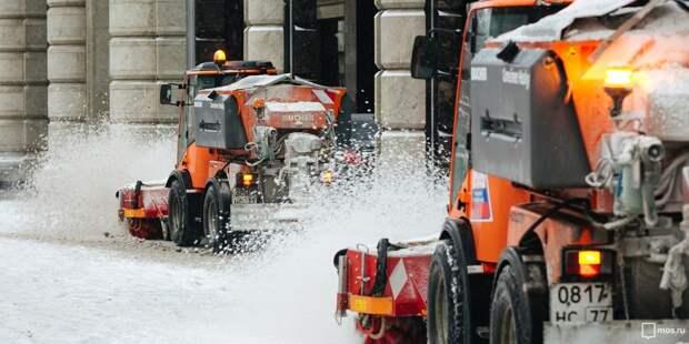 В Южнопортовом ликвидируют последствия снегопада.
