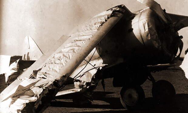 Авария И-153 (серийный №7344, тактический «голубой 44») одного из опытных лётчиков полка, заместителя командира второй эскадрильи старшего лейтенанта Л.Д. Смирнова. Лиепая, май 1941 года. Леонид Смирнов в наши дни печально известен эпизодом, произошедшим два года спустя, когда весной 1943 года его истребитель Як-1 с дарственной надписью на борту попал в руки немцев и «засветился» на многих фотоснимках - «Сталинские соколы», которые никуда не улетали   Warspot.ru