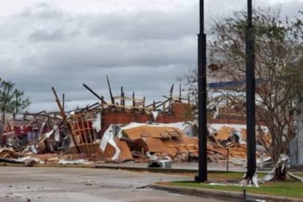 Мощность обрушившегося на побережье США урагана «Лаура» снизилась до второй категории
