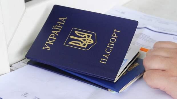 Женщина из Харькова выкинула украинский паспорт из-за местного законодательства