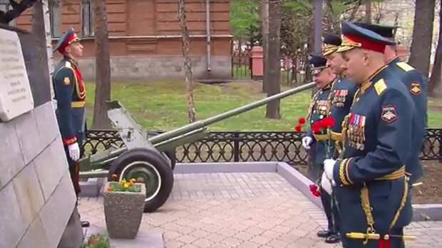 """Военные возложили цветы """"Героям-Дальневосточникам""""в Хабаровске"""
