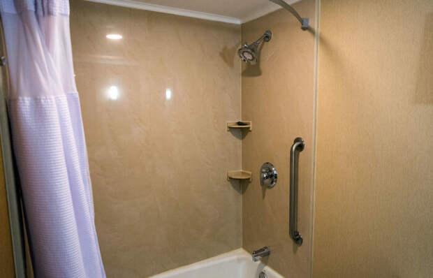 Это у нас душ можно взять в руки и пользоваться им так, как душе угодно, а в Америке лейка крепится к стене / Фото: build-experts.ru