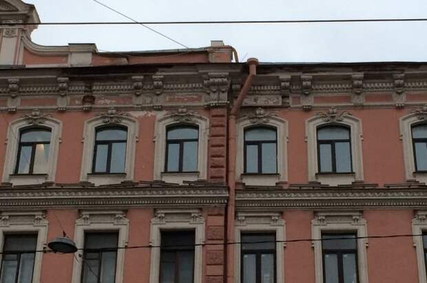 В Петербурге кусок лепнины упал на коляску с ребенком