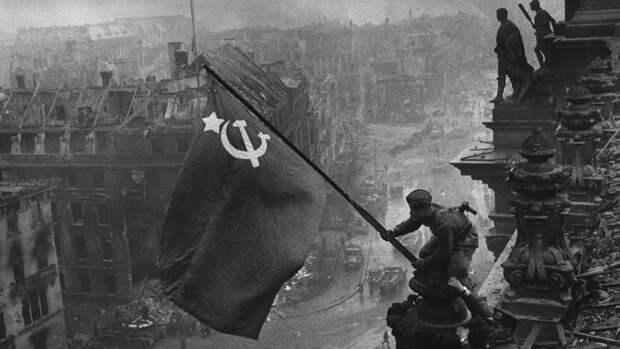 Кому претит запрет уравнивать СССР с нацистской Германией. Колонка Армена Гаспаряна