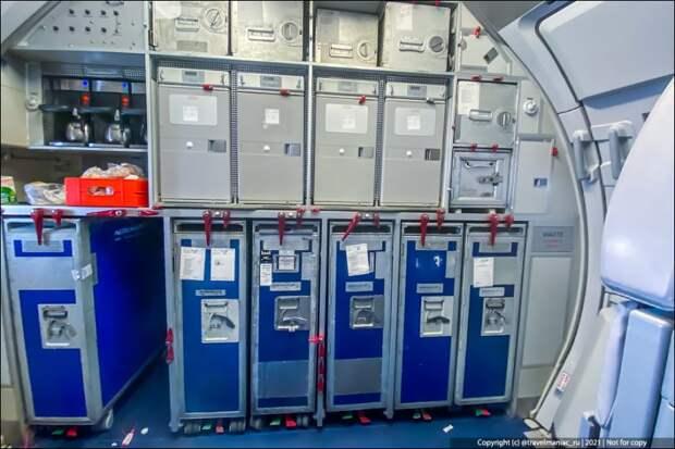 Подсмотрел, что припрятано в ящиках на кухоньках у стюардесс в самолёте