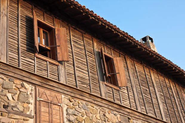 Фасад дома, отделанный рейкой из горбыля