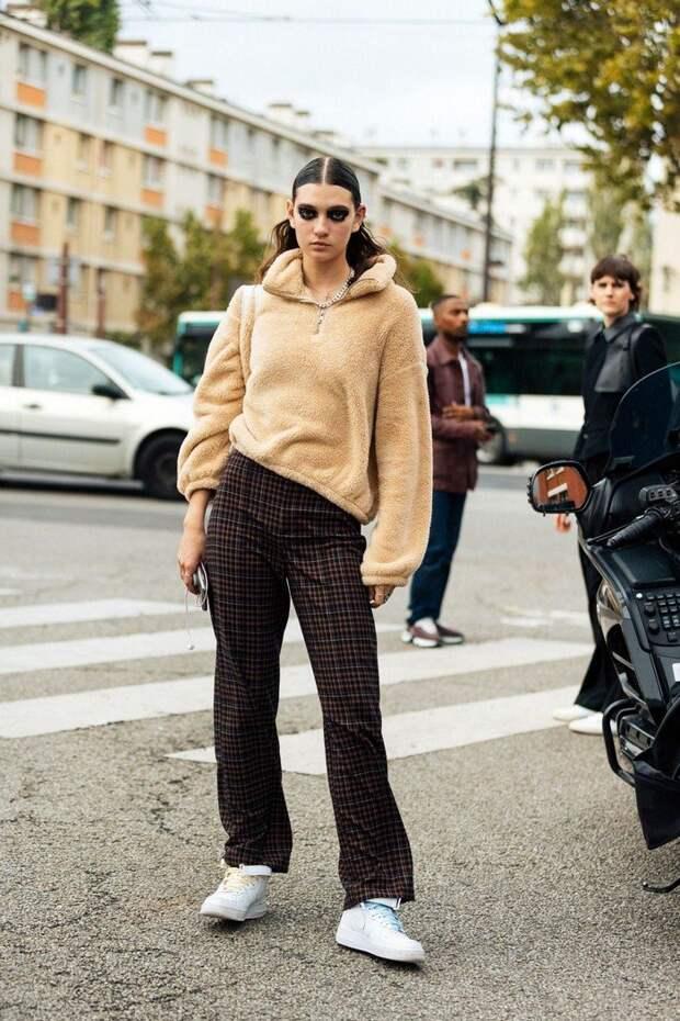 «Флиски» из 90-х возвращаются: модные флисовые кофты весной 2021 и образы с ними