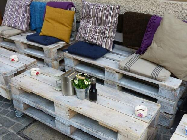 Искусственно состаренная мебель из деревянных поддонов в стиле прованс.