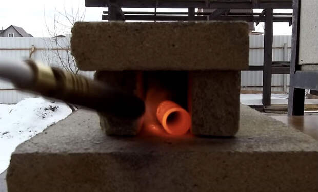 Сделали мощную пружину из дверной проволоки: гнем и закаляем металл