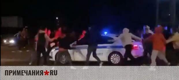 Группа молодчиков в Симферополе устроила хоровод вокруг полицейских