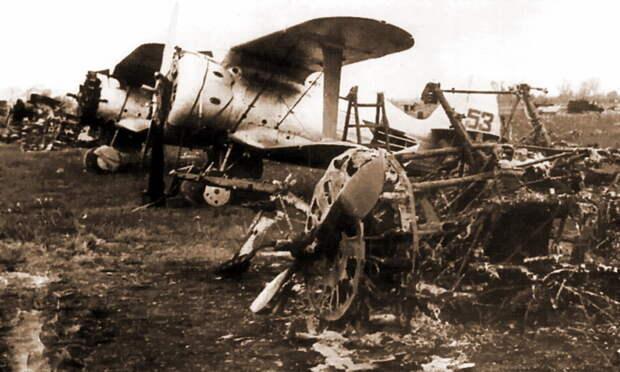 Неисправные И-153, выстроенные в одну линию, были уничтожены и повреждены в 07:05, во время второго налёта - «Сталинские соколы», которые никуда не улетали   Warspot.ru