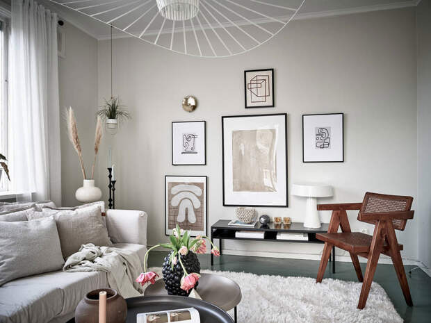 Приятная скандинавская квартира с зелёными полами и мансардой