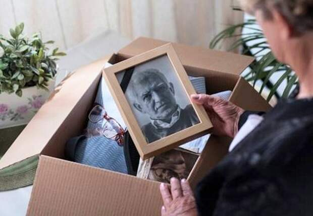 Почему фотографии умерших родственников не вешают на стену?