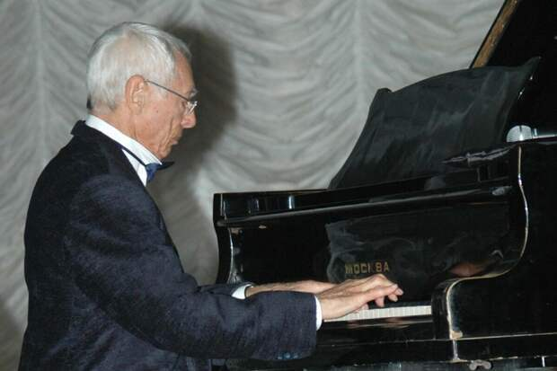 Советский и российский композитор, народный артист России Александр Сергеевич Зацепин