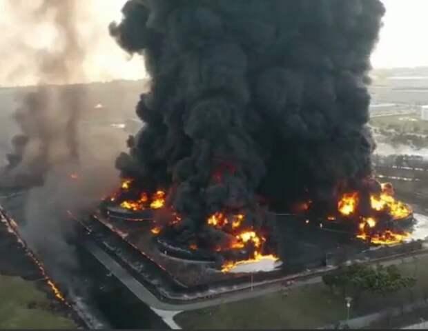 На нефтеперерабатывающем заводе в Индонезии произошел пожар