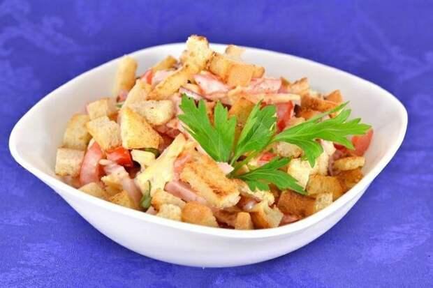 Салат из помидоров с варено-копченой грудинкой, сыром и сухариками.