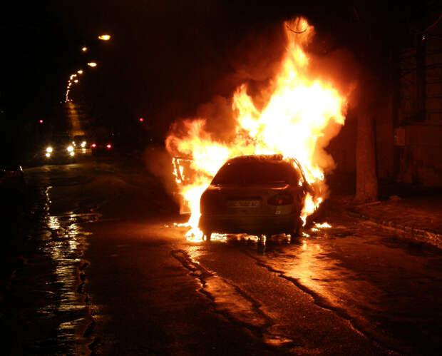 Во Владивостоке уволившийся водитель поджег автомобили на 9 млн рублей