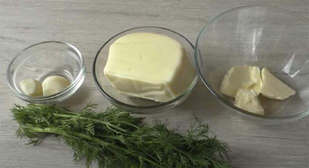 Добавляем в тесто зелень, чеснок и сыр. Быстрые плетенки на замену хлебу
