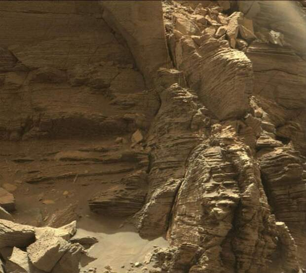 Среди фотографий марсианский скал обнаружены НЛО