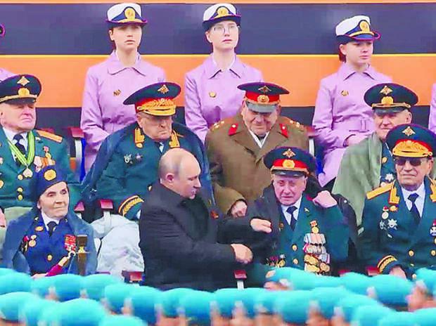 Мошенники обокрали ветерана, которого Путин укрыл плащом на Параде Победы
