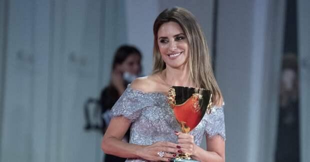 Пенелопа Крус получила кубок как лучшая актриса