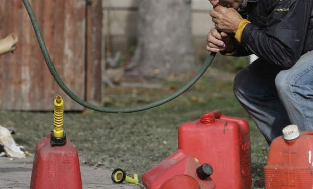 Залил удобрения с запахом топлива: дед проучил сливщиков бензина