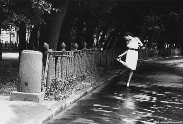 Модель позирует в Москве на Страстном бульваре для фото с названием «Страстный бульвар», 1991 год. Возможно, это название характеризует девяностые на постсоветском пространстве лучше всего. 90-е, СССР, фото