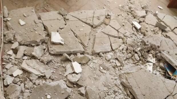 Три ученика пострадали при обрушении потолка в школе в Армавире