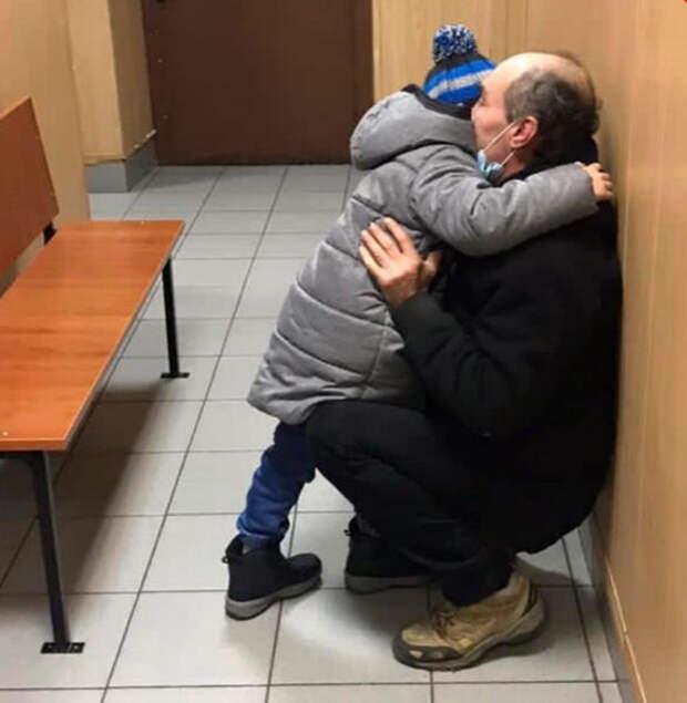 «Теперь у них все будет хорошо!»  Мальчик, который жил в лесу с папой, получил документы