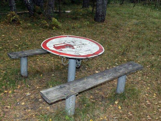 Лучше хороший стол, чем не понятный знак. | Фото: Лепрекон.