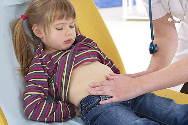 Что делать, если у ребенка боль в районе пупка: причины, первая помощь, лечение, диета