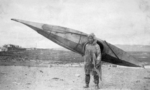 Инуит с каяком, 1900 год