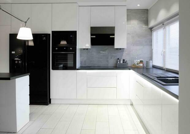 черная бытовая техника на белой кухне